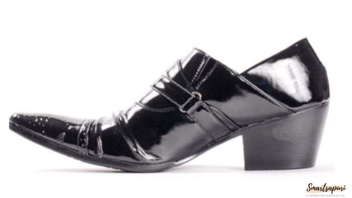 ビニールのような安そうな革靴